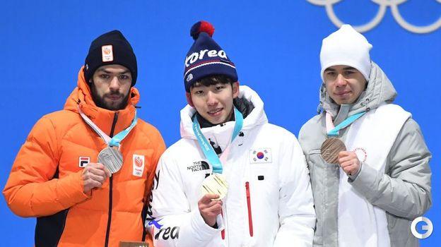 Сегодня. Пхенчхан. Семен ЕЛИСТРАТОВ (справа) на церемонии вручения олимпийских медалей призерам в соревновании шорт-трекистов на дистанции 1500 метров. Фото AFP