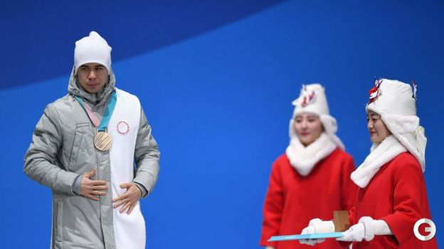 Сегодня. Пхенчхан. Семен ЕЛИСТРАТОВ на церемонии вручения олимпийских медалей призерам в соревновании шорт-трекистов на дистанции 1500 метров. Фото AFP