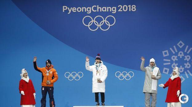 Сегодня. Пхенчхан. Семен ЕЛИСТРАТОВ (справа) на церемонии вручения олимпийских медалей призерам в соревновании шорт-трекистов на дистанции 1500 метров. Фото REUTERS
