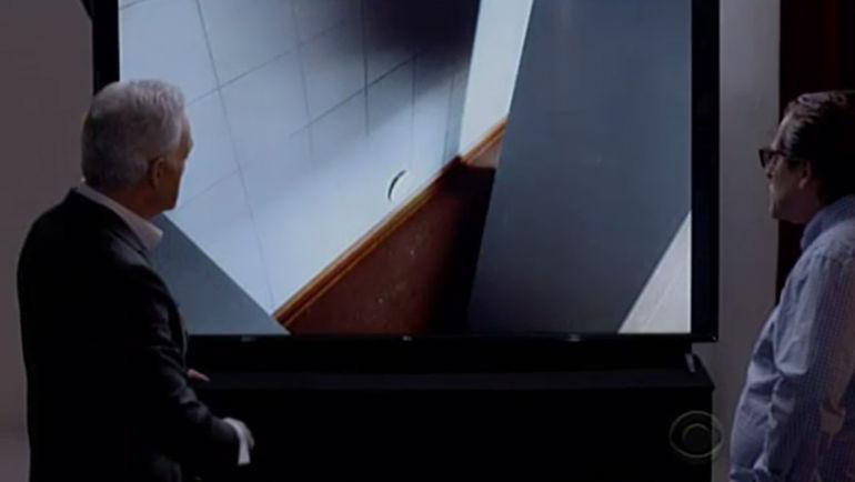 Человек, которого называют Григорием РОДЧЕНКОВЫМ (справа), показывает дыру в стене в лаборатории в Сочи на канале CBS.