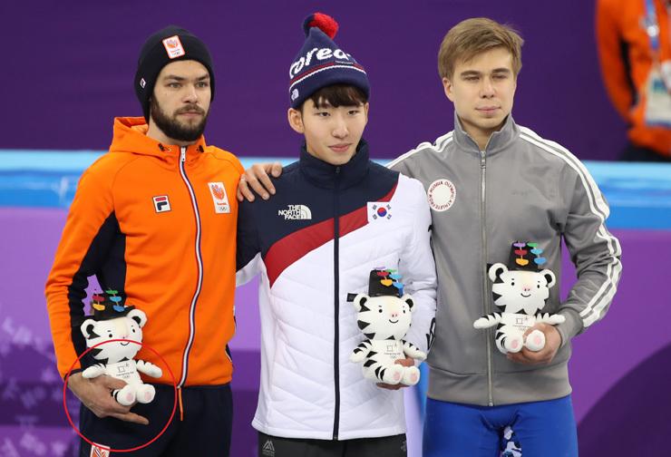 Голландец Сьенки КНЕГТ (слева), кореец Лим ХЕ ЧУН (в центре) и россиянин Семен ЕЛИСТРАТОВ (справа) после забега на 1500 метров на Олимпиаде-2018. Фото Yonhap