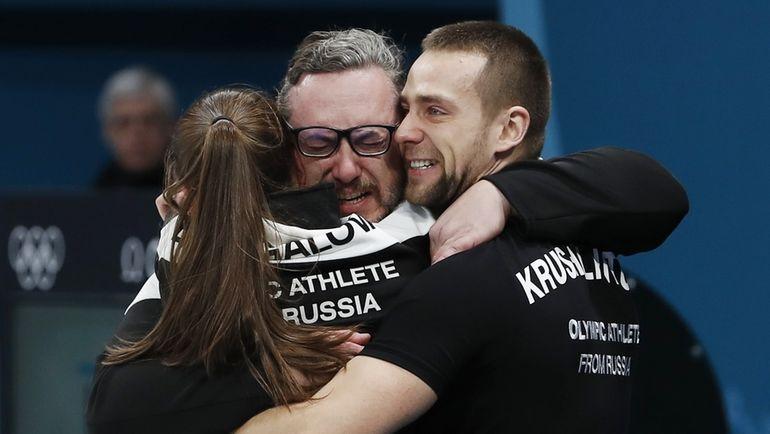Сегодня. Каннын. Анастасия БРЫЗГАЛОВА и Александр КРУШЕЛЬНИЦКИЙ празднуют победу с тренером.