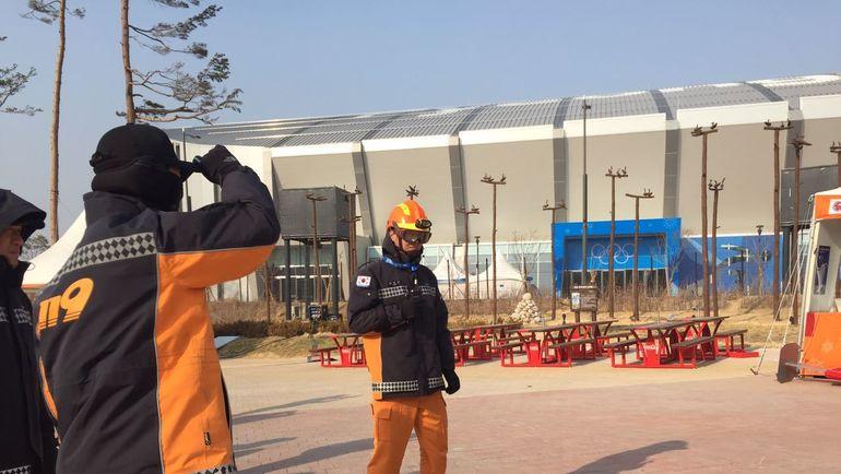 """Сегодня. Пхенчхан. Спасатели в олимпийском парке. Фото Дмитрий ЗЕЛЕНОВ, """"СЭ"""""""