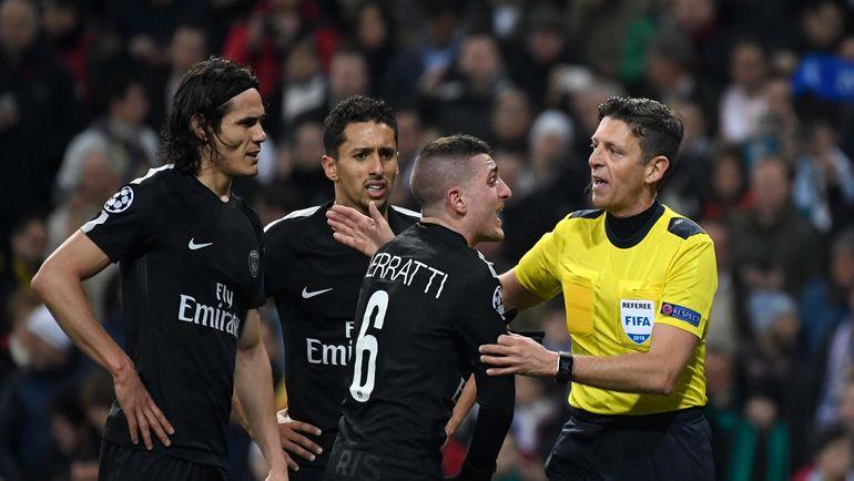 "Среда. Мадрид. ""Реал"" - ""ПСЖ"" - 3:1. Игроки парижан атакуют Джанлуку РОККИ (справа). Фото AFP"