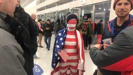 Грустные американцы, веселые россияне и странный человек-флаг США