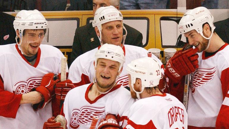 2002 год. Павел ДАЦЮК (на скамейке слева) и Бретт ХАЛЛ (на скамейке в центре). Фото Reuters