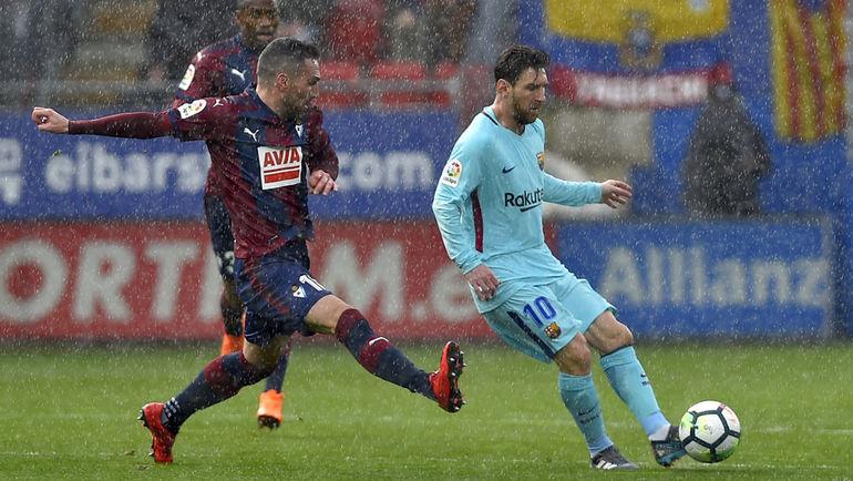 """Сегодня. Эйбар. """"Эйбар"""" - """"Барселона"""" - 0:2. С мячом Лионель МЕССИ (справа). Фото AFP"""