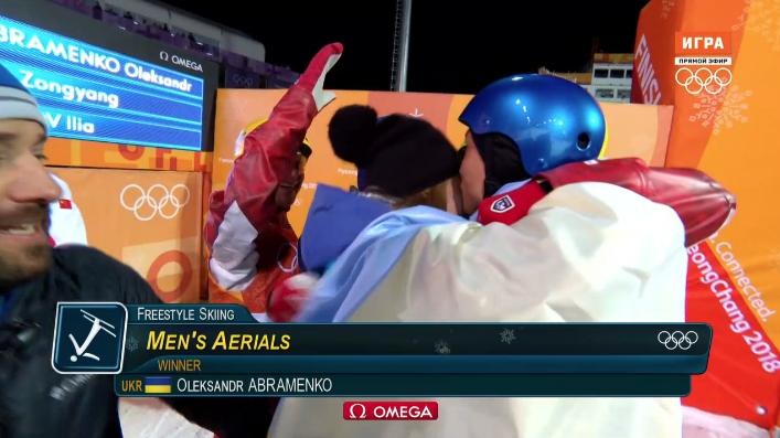 Россиянин Илья Буров и украинец Александр Абраменко радуются завоеванным медалям на Олимпиаде в Пхенчхане.