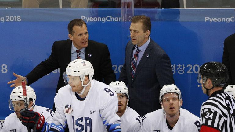 Тони ГРАНАТО (слева) на скамейке сборной США. Фото REUTERS