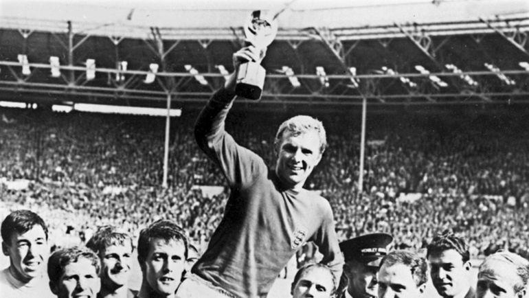 30 июля 1966 года. Лондон. Англия - ФРГ - 4:2. Англичане празднуют победу в финальном матче чемпионата мира. Фото AFP