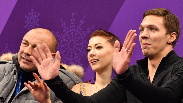 Екатерина БОБРОВА, Дмитрий СОЛОВЬЕВ и их тренер Александр ЖУЛИН. Фото AFP