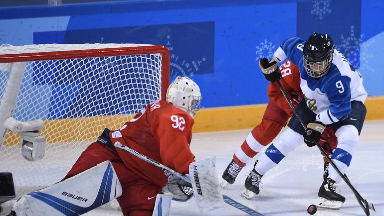 Вратарь сборной России Надежда МОРОЗОВА (слева). Фото AFP