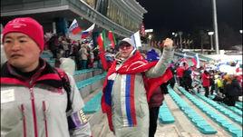 У Гладышевой пытаются отобрать флаг.