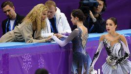 В пятницу утром Алина ЗАГИТОВА (справа) начнет выступление до Евгении МЕДВЕДЕВОЙ (с тренером группы Этери ТУТБЕРИДЗЕ).