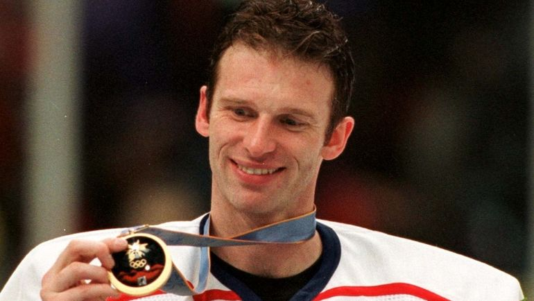 22 февраля 1998 года. Нагано. Чехия - Россия - 1:0. Доминик ГАШЕК с золотой олимпийской медалью. Фото REUTERS