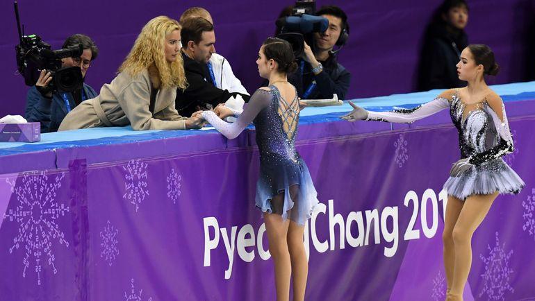 Алина ЗАГИТОВА (справа), Евгения МЕДВЕДЕВА и тренер группы Этери ТУТБЕРИДЗЕ. Фото AFP