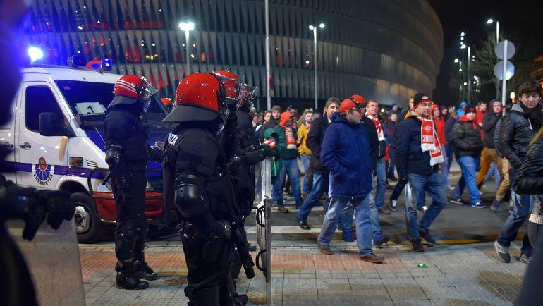 Четверг. Бильбао. Оцепление и красно-белые фанаты у стадиона. Фото AFP