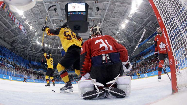 """Пятница. Пхенчхан. Канада - Германия - 3:4. Одна из четырех шайб в воротах """"Кленовых"""". Германия - в финале Олимпиады с Россией, а десятый состав канадцев поспорит с чехами за бронзу. Фото AFP"""
