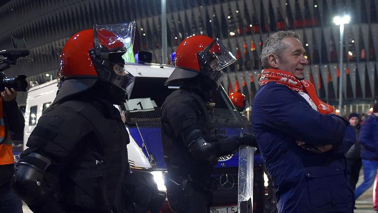 "Четверг. Бильбао. Фанат ""Спартака"" (справа) и испанские полицейские. Фото AFP"