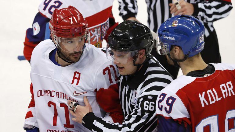 Илья КОВАЛЬЧУК (№71) получил две минуты за атаку Яна Коларжа. Фото REUTERS