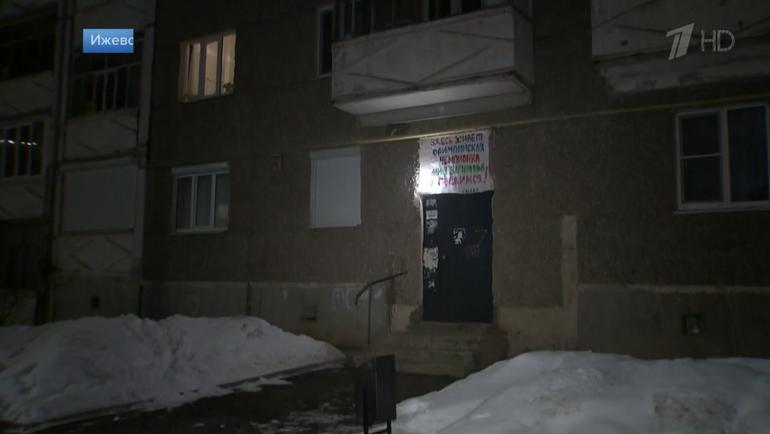 Плакат на подъезде дома российской фигуристки Алины Загитовой. Фото скриншот репортажа Первого канала.