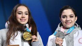 23 февраля. Пхенчхан. Алина ЗАГИТОВА (слева) и Евгения МЕДВЕДЕВА с олимпийскими медалями.