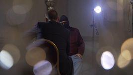 Григорий РОДЧЕНКОВ (лицом к камере) теперь дает интервью в маске.