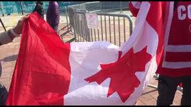 Русский болельщик подрался с канадцами, забрал их флаг и взял его на финал