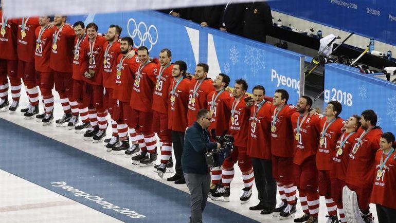 Сегодня. Пхенчхан. Сборная России после финала с Германией. В ее честь играет олимпийский гимн и поднимается олимпийский флаг. Но болельщики поют гимн России. И все знают, какую страну представляет лучшая команда Игр-2018. Фото REUTERS