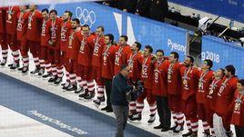 Сегодня. Пхенчхан. Сборная России после финала с Германией. В ее честь играет олимпийский гимн и поднимается олимпийский флаг. Но болельщики поют гимн России. И все знают, какую страну представляет лучшая команда Игр-2018.