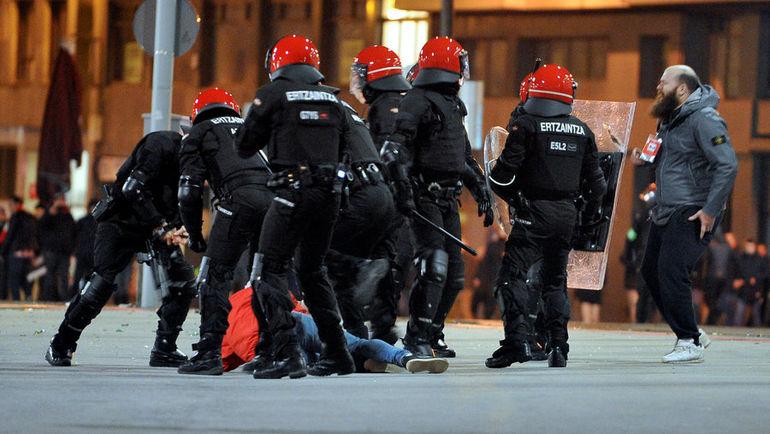 """22 февраля. Бильбао. Полиция ликвидирует беспорядки около стадиона """"Атлетика"""" перед матчем со """"Спартаком"""". Фото Reuters"""