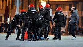 """22 февраля. Бильбао. Полиция ликвидирует беспорядки около стадиона """"Атлетика"""" перед матчем со """"Спартаком""""."""