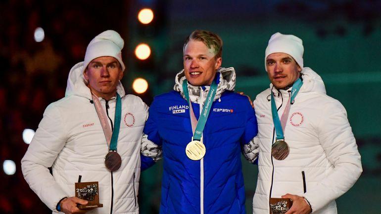 Воскресенье. Пхенчхан. Александр БОЛЬШУНОВ, Иво НИСКАНЕН и Андрей ЛАРЬКОВ (слева направо) во время награждения после гонки на 50 км на Олимпиаде-2018. Фото AFP