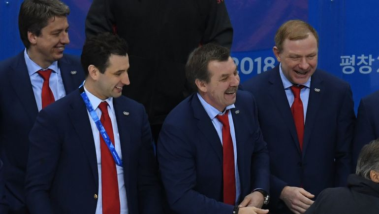 Штаб сборной России после финала (справа налево): Алексей ЖАМНОВ, Олег ЗНАРОК, Роман РОТЕНБЕРГ и Харийс ВИТОЛИНЬШ. Фото AFP