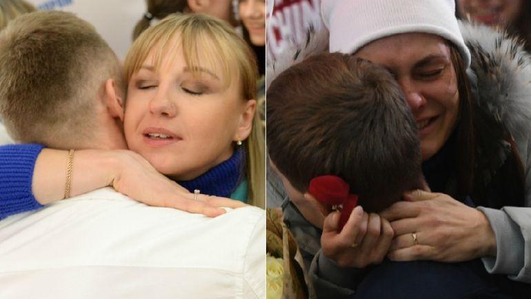 Анна НЕЧАЕВСКАЯ (слева) и Анастасия СЕДОВА получают предложение руки и сердца от своих женихов. Фото Дарья ИСАЕВА, «СЭ»
