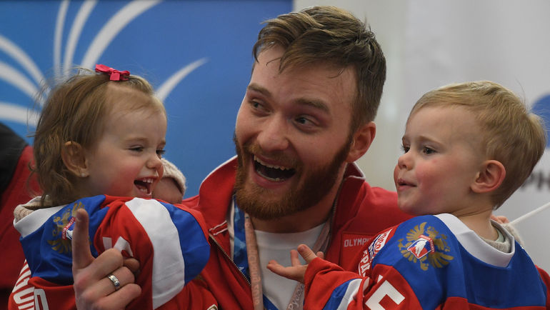 """Хоккеист Михаил ГРИГОРЕНКО с детьми. Фото Дарья ИСАЕВА, """"СЭ"""""""
