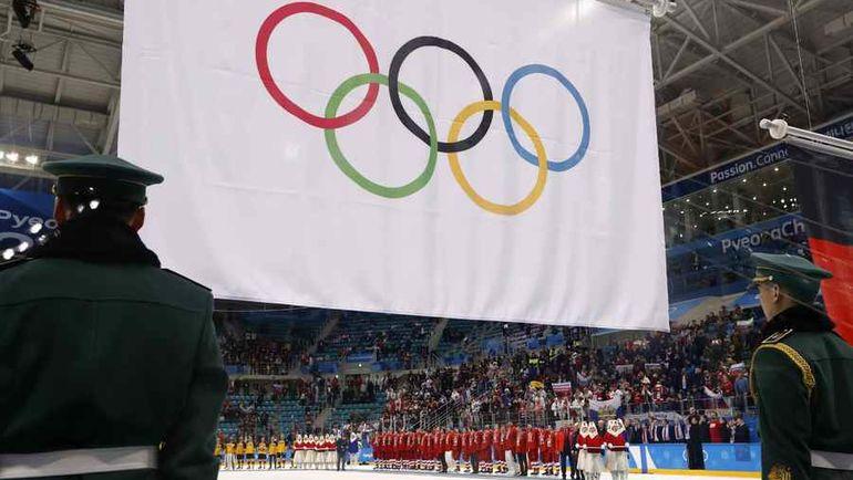 25 февраля. Пхенчхан. Россия - Германия - 4:3 ОТ. В честь победы хоккейной сборной России - как ранее в честь золота Алины Загитовой - поднимается флаг МОК и играет олимпийский гимн. Болельщики и команда исполняют гимн России. Фото Reuters