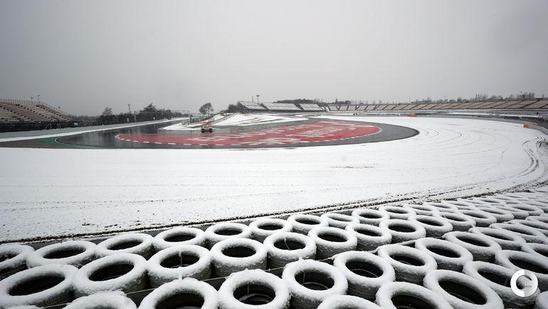 Сегодня. Барселона. Из-за выпавшего снега тестовые заезды Формулы-1 были отменены.