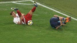 """Суббота. Санкт-Петербург. """"Зенит"""" - """"Амкар"""" - 0:0. Николай ЗАЙЦЕВ (слева) в одном моменте получил травму и вторую желтую карточку."""