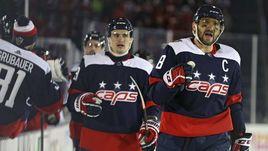 """Сегодня. Вашингтон. """"Вашингтон"""" - """"Торонто"""" - 5:2. Александр ОВЕЧКИН (справа) празднует заброшенную шайбу в ворота """"Торонто""""."""