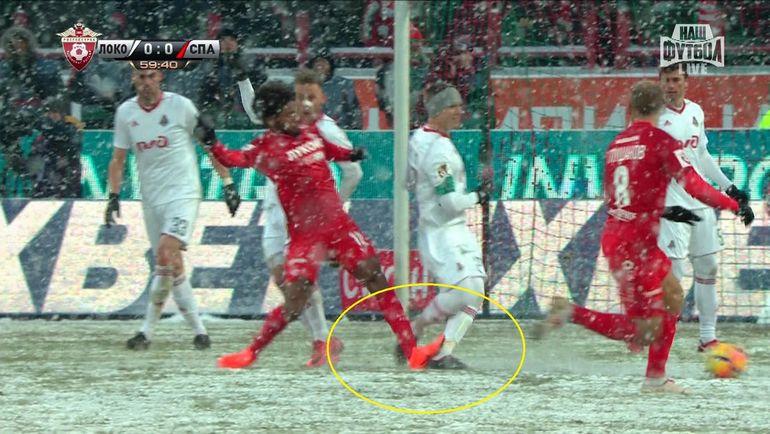 Луиз Адриану ударил Игоря Денисова прямой ногой в область ахиллова сухожилия.