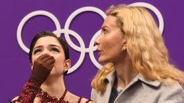 23 февраля. Пхенчхан. Евгения МЕДВЕДЕВА и Этери ТУТБЕРИДЗЕ после проката произвольной программы в женском турнире на Олимпийских играх-2018.