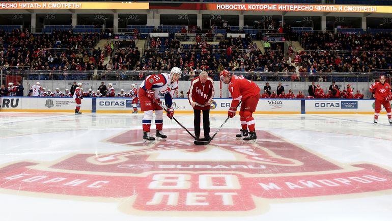 Борис МАЙОРОВ (в центре) производит символическое вбрасывание.