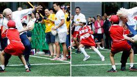 Борис ДЖОНСОН и спорт - это серьезно. 10-летний японский школьник Токи СЕКИГУЧИ пожалел, что встал на пути мэра Лондона в выставочной игре в Токио в октябре 2015 года во время промоакции чемпионата мира по регби-2019.