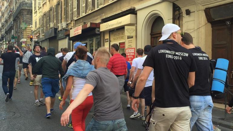 Во время беспорядков в Марселе во время чемпионата Европы-2016 были замечены люди в майках с надписью Lokomotiv Moscow. Фото Дмитрий ЗЕЛЕНОВ, «СЭ»