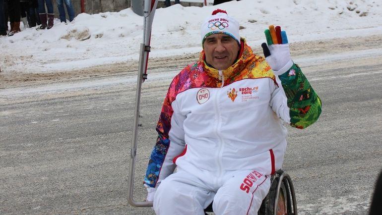 Валерий РЫЖКОВ во время эстафеты олимпийского огня. Фото Фото из личного архива Валерия Рыжкова