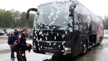 """Однажды болельщики обклеили автобус """"Лейпцига"""" фальшивыми долларами."""