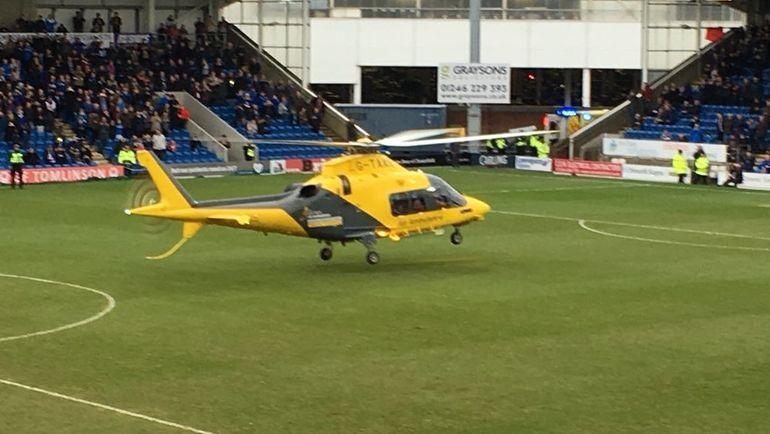 Одному из болельщиков на стадионе стало плохо, и за ним прилетел вертолет. Фото twitter.com/ChesterfieldFC