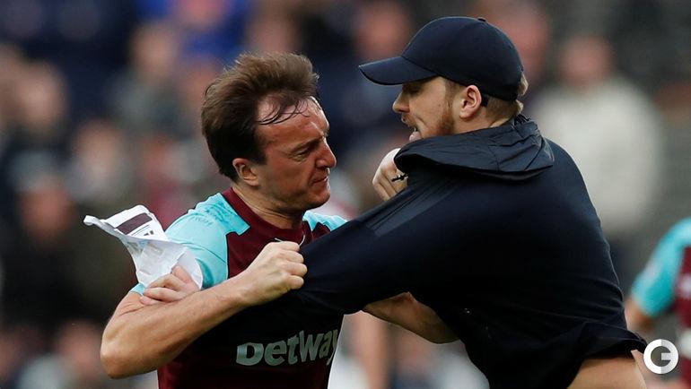 """Суббота. Лондон. """"Вест Хэм"""" - """"Бернли"""" - 0:3. Марк НОБЛ и выбежавший на поле болельщик."""