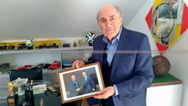 Март. Цюрих. Йозеф БЛАТТЕР демонстрирует одну из своих самых ценных фотографий, на которой он запечатлен с Президентом России Владимиром Путиным.